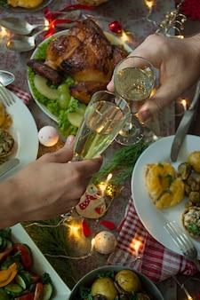 Champagne in handen. kerst tafel. nieuwjaar.