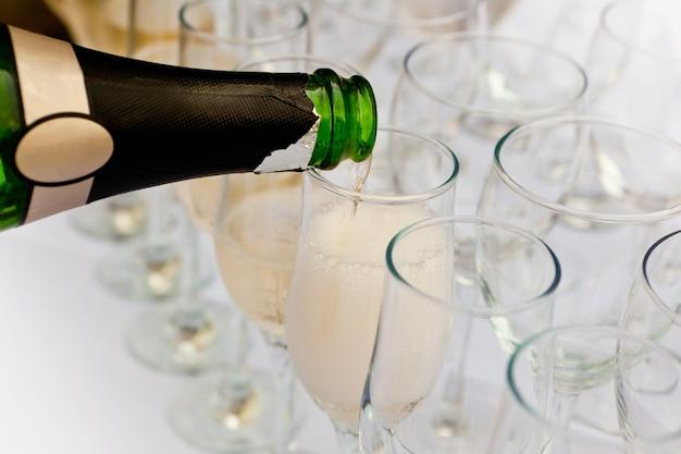 Champagne in het glas gegoten Premium Foto