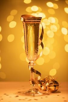 Champagne klaar om in het nieuwe jaar, kerstkaart, kerstmis te brengen