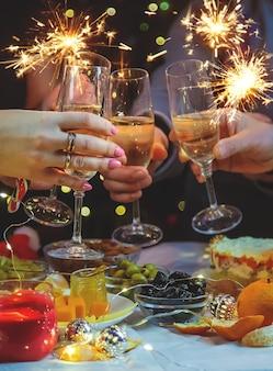 Champagne ter beschikking tegen de kerstboom