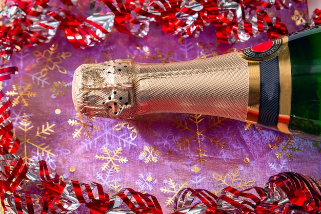 Champagnefles en feestelijk klatergoud. nieuwjaar en feest concept