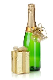 Champagnefles en kerstcadeau. geïsoleerd op witte achtergrond