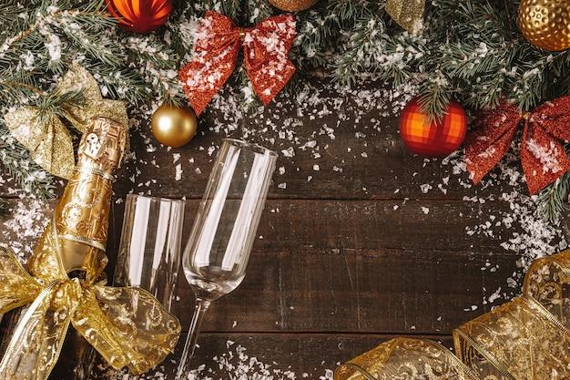 Champagnefles en twee glazen met nieuwjaarsversieringen