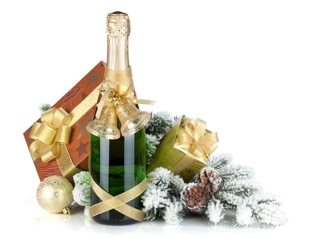 Champagnefles, kerstcadeaudoos, decor en dennenboom. geïsoleerd op witte achtergrond