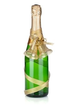 Champagnefles met kerstdecor. geïsoleerd op witte achtergrond