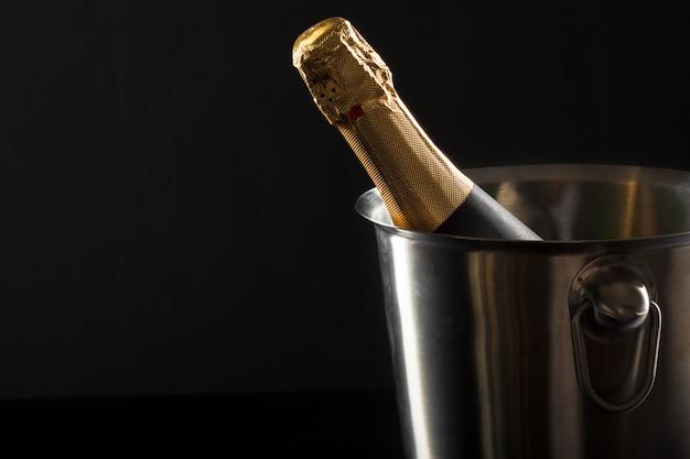Champagnefles op een zwarte achtergrond