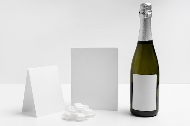 Champagnefles op witte achtergrond