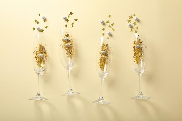 Champagneglazen met glitter op beige, ruimte voor tekst