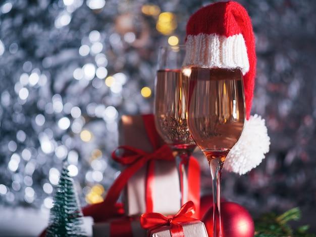 Champagneglazen met kerstmutsen