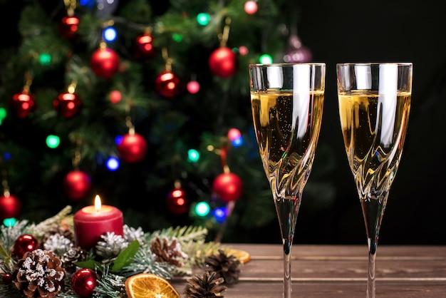 Champagneglazen met kerstversiering