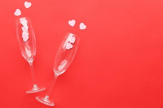 Champagneglazen op een rode ondergrond