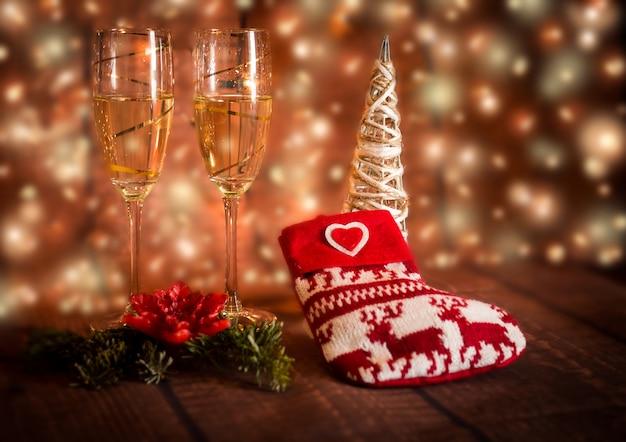 Champagneglazen voor vrolijke kerstmis en een gelukkig nieuw jaar