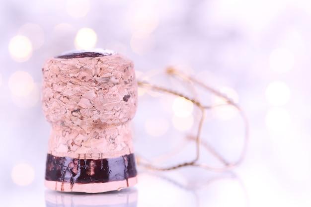 Champagnekurk op kerstverlichting achtergrond