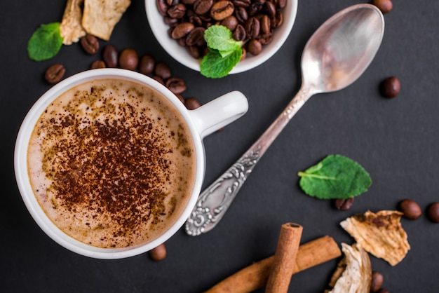 Champignon chaga koffie superfood trend-droge en verse champignons en koffiebonen op donkere ondergrond met munt. koffiepauze
