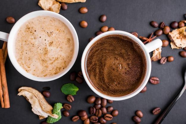 Champignon chaga koffie superfood trend-droge en verse champignons en koffiebonen op donkere ondergrond met munt.