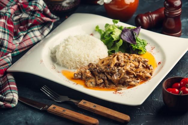 Champignon gebakken met rijst en kruiden.