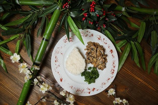 Champignon met vlees geserveerd met zijrijst