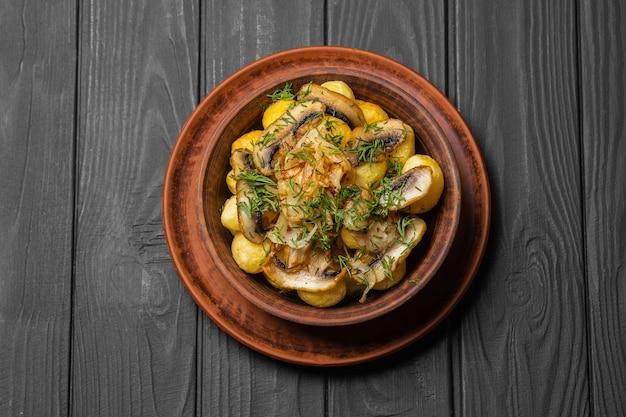Champignon of champignons geserveerd met gepofte aardappel