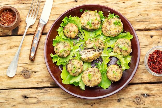 Champignonpaddestoelen gevuld met rundergehakt. italiaans eten.