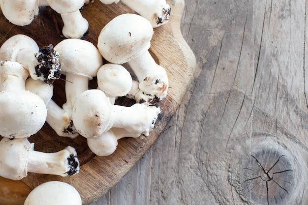 Champignonpaddestoelen op een oude houten tafel