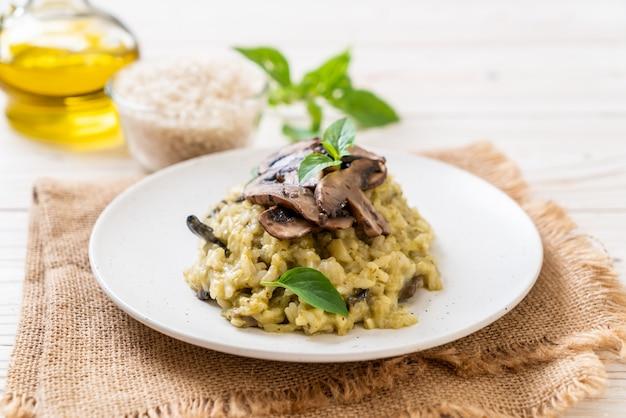 Champignonrisotto met pesto en kaas