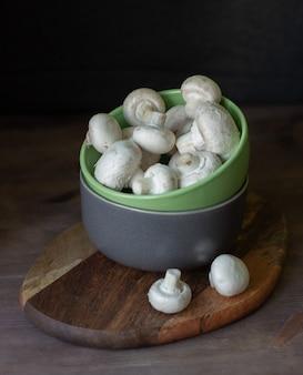 Champignons champignons in een kom op een donkere