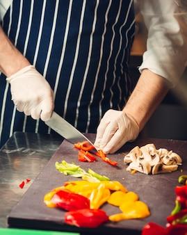 Champignons en paprika op het houten bord