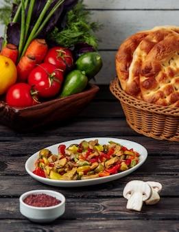 Champignonsalade met bulgaarse peper op de lijst
