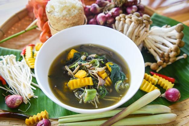 Champignonsoepkruiden en specerijeningrediënten thais eten geserveerd op kom mix verschillende soorten paddenstoelen traditie noordoost-eten isaan.