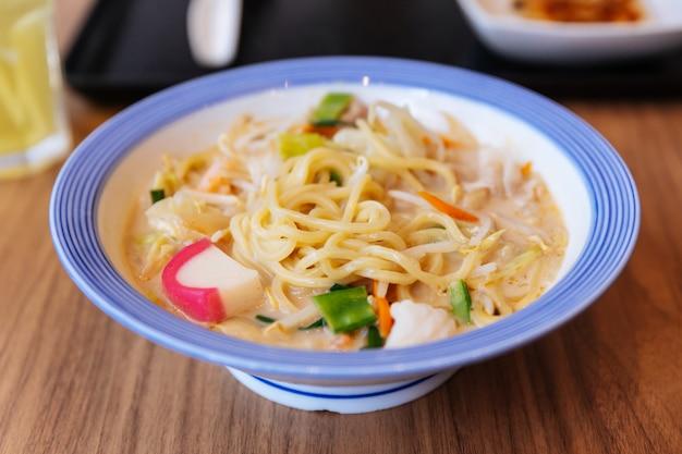 Champon ramen met varkensvlees, garnalen, lente-ui, spruit, wortel, kool, maïs en kamaboko.