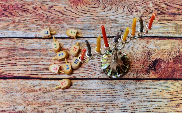 Chanoeka-kaarsen die de joodse feestdag vieren