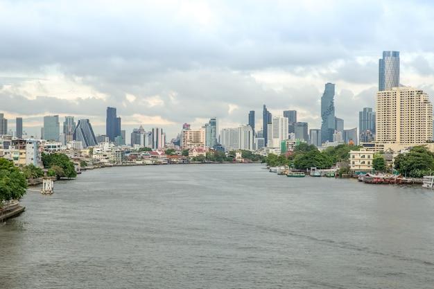 Chao phraya-rivier en zijaanzicht van de rivier
