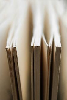 Chaotische stapel oude boekenpastelkleuren. achtergrond uit boeken. boeken sluiten omhoog.