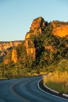 Chapada dos guimaraes nationaal park in de buurt van cuiaba mato grosso brazilië rotsformaties bij zonsondergang