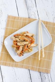 Chapchae aziatische schotel van glasnoedels met kip en groente