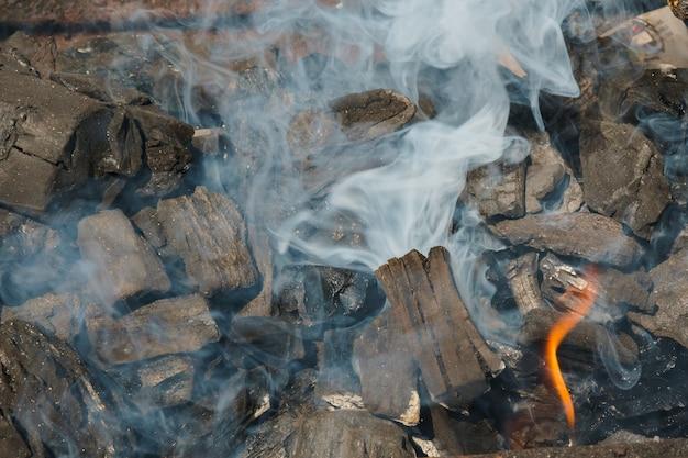 Charcoal embers close-up achtergrond of textuur zwart