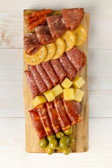 Charcuterieplank bord met hapjes vleeswaren