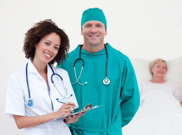 Charismatisch team van artsenpatiënt die in haar bed ligt