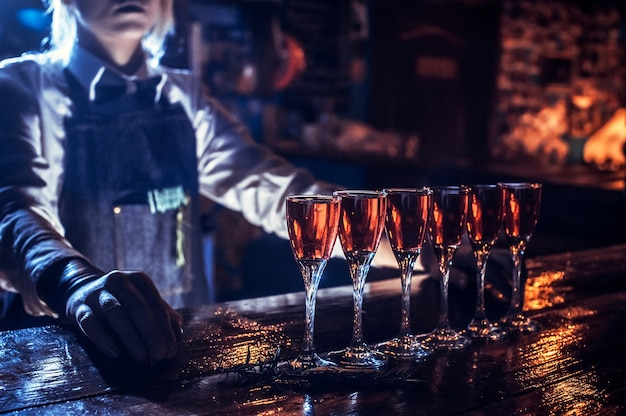 Charismatische bartending maakt zijn creatie intens af in de pub