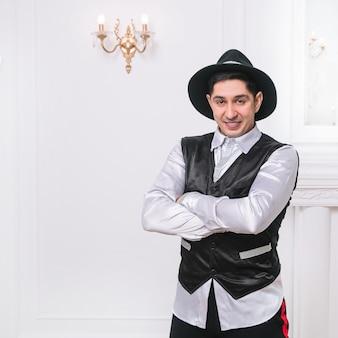 Charismatische man in een pak die in een lichte kamer staat. foto met ruimte voor tekst