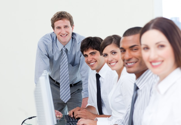 Charismatische manager en zijn team