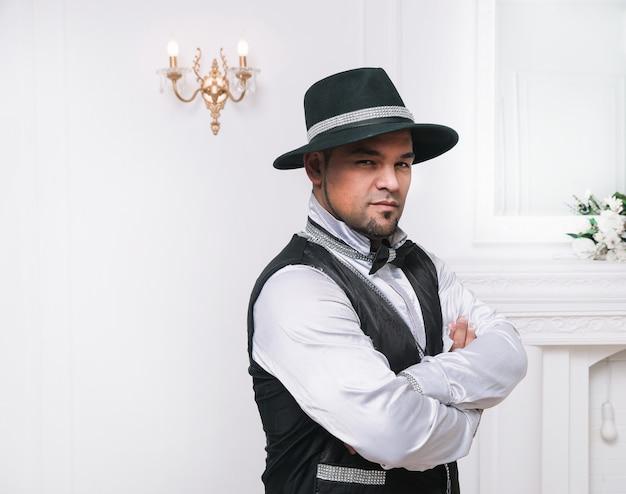 Charismatische mannelijke artiest in een verscheidenheidskostuum. foto met ruimte voor tekst