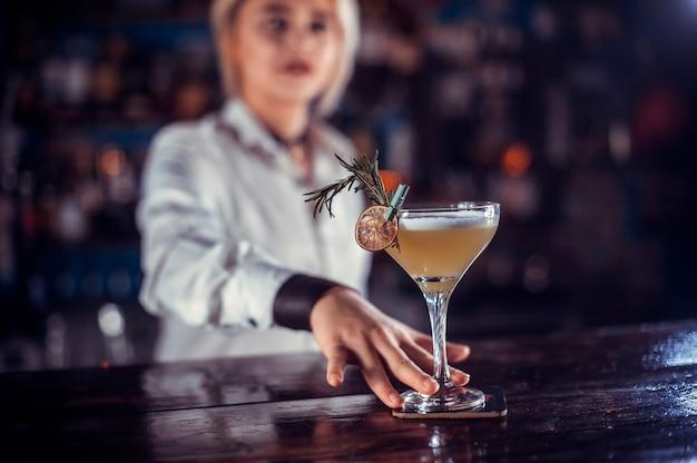 Charismatische vrouwelijke barmeisje demonstreert zijn professionele vaardigheden in de nachtclub
