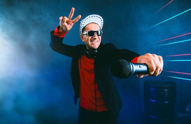 Charismatische zangeres met microfoon op een feestje in nachtclub karaoke