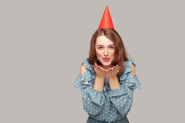 Charmant gelukkig romantisch meisje dat liefde verzendt, feliciteerd en verjaardag viert.