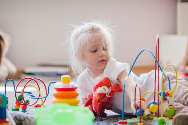 Charmant kind met educatief speelgoed