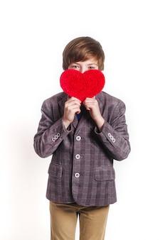 Charmant kind poseren met hart
