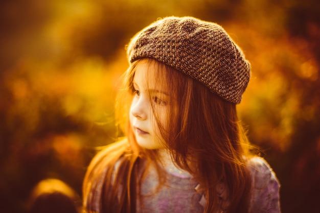 Charmant klein meisje in een dop