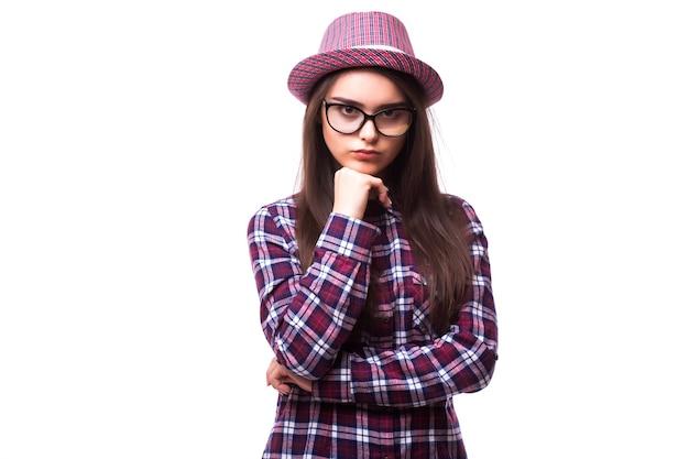Charmant knap. knappe jonge vrouwen in vrijetijdskleding die armen gekruist en glimlachend houden terwijl status geïsoleerd op witte achtergrond