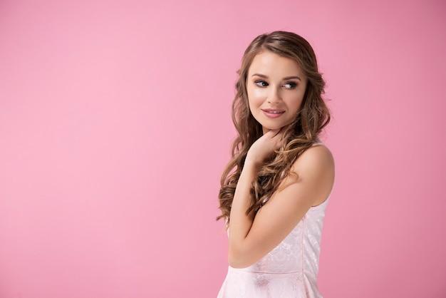 Charmant meisje met lang haar poseren